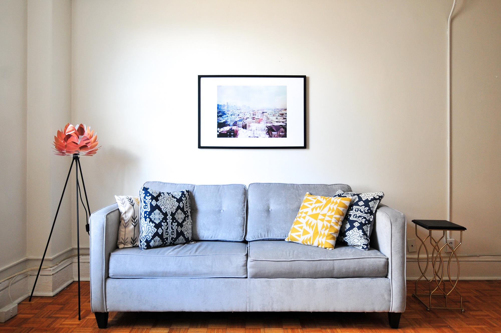 8. NE: Nemojte da vam jastuci postanu grudasti. Pristojni jastuci su luksuz koji svi cijene, stoga posegnite za nekim stvarno lijepim mekanim jastucima i često ih zamjenjujte. Spuštanje glave na čisti, privlačni jastuk na kraju dugog dana razgledavanja izuzetno je iskustvo i pomoći će vam da dobijete sjajne recenzije.